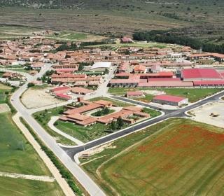 Fotografía aérea de San Pedro Manrique y la fábrica de Embutidos La Hoguera