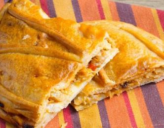 Empanada de jamón, pollo y queso.