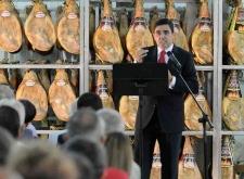 Carlos Martínez Izquierdo durante el discurso oficial ante un 'decorado' de elaboración propia